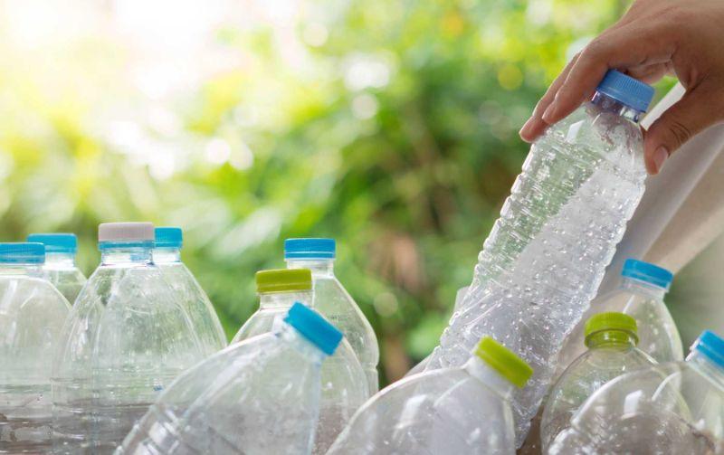 Nước ion kiềm đóng chai được bảo quản trong trai nhựa hoặc bình dễ dàng vận chuyển