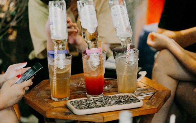 Bia úp ngược là một trong đồ uống được giới trẻ ưa dùng