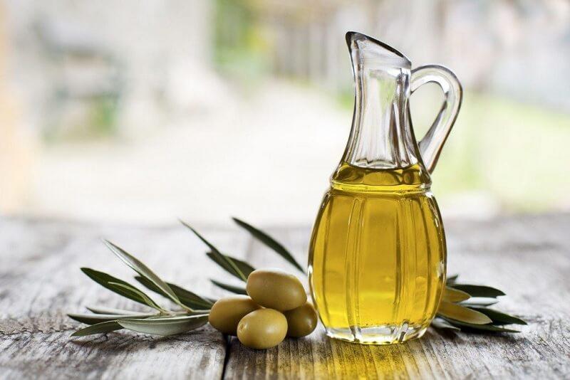"""Dầu oliu được coi là """"cứu tinh"""" cho làn da sáng mịn, cung cấp độ ẩm cần thiết"""