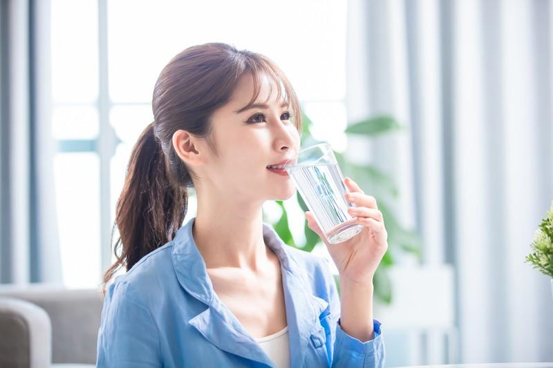 Sử dụng nước ion kiềm hằng ngày sẽ giúp chống lại quá trình oxy hóa cho làn da luôn tươi trẻ, mịn màng