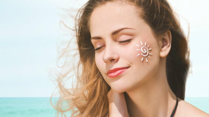 Dùng kem chống nắng trước khi đi ra ngoài để bảo vệ làn da trước tác động của tia sáng mặt trời