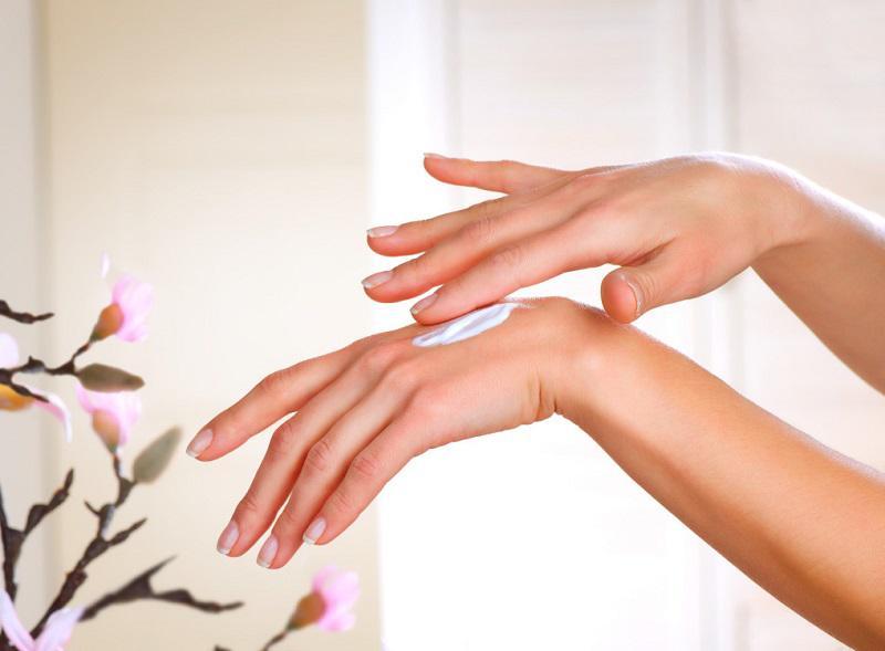 Sử dụng kem dưỡng da tay mỗi ngày để giúp da săn chắc, mềm mịn và cấp ẩm cho da hiệu quả