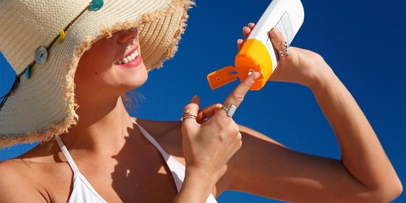 Nên thoa kem chống nắng và mặc áo bảo vệ da khỏi tác động của tia tử ngoại