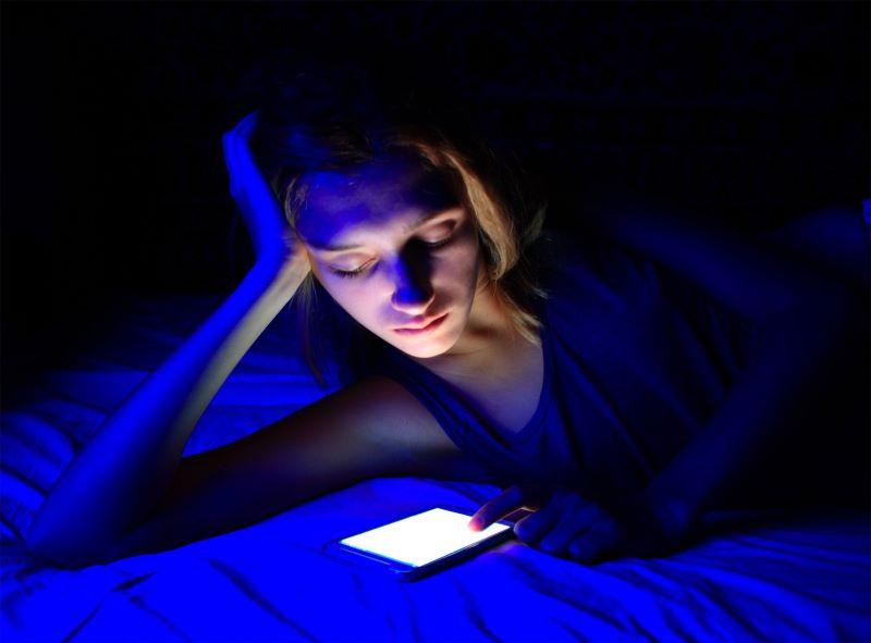 Việc tiếp xúc với ánh sáng xanh quá nhiều sẽ khiến mắt nhanh bị lão hóa hơn