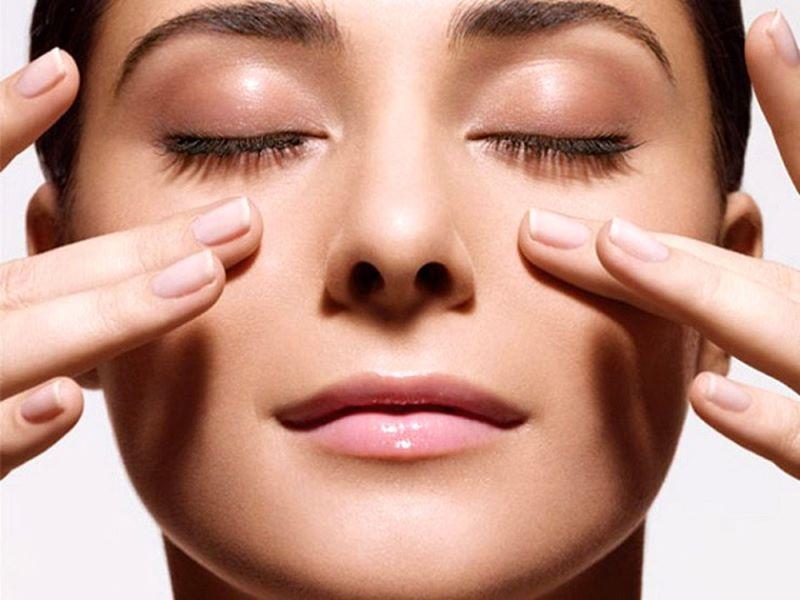 Thực hiện các động tác massage nhẹ nhàng cho mắt để bộ phận này được thư giãn
