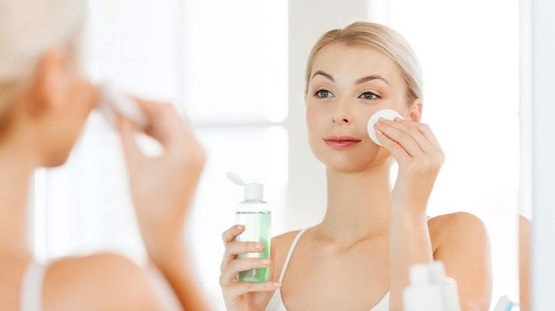 Dùng nước hoa hồng để cân bằng da và duy trì độ tươi trẻ