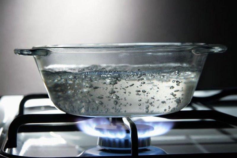 Đun sôi nước là cách đơn giản giúp làm mềm nước hiệu quả