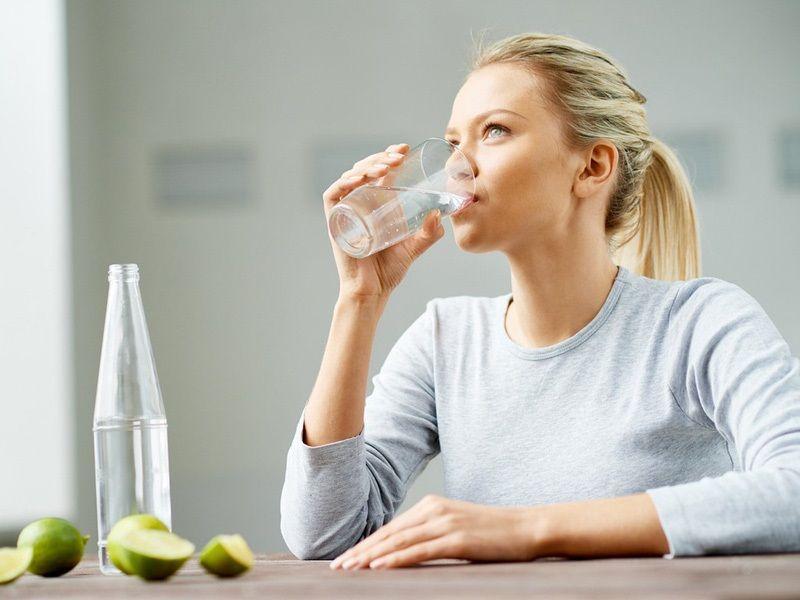 Nên ngồi uống nước thay vì đứng để tránh tình trạng nước đi vào các cơ quan trong cơ thể quá nhanh