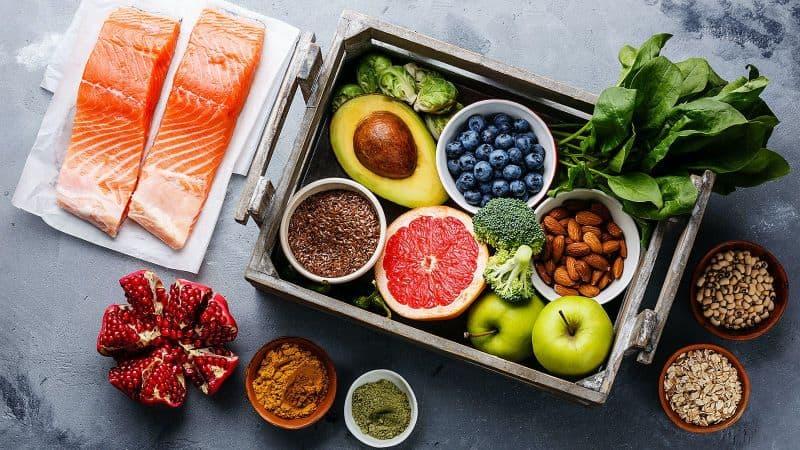 Chế độ ăn uống cần tăng cường bổ sung rau xanh giàu vitamin để hỗ trợ hệ miễn dịch khỏe mạnh