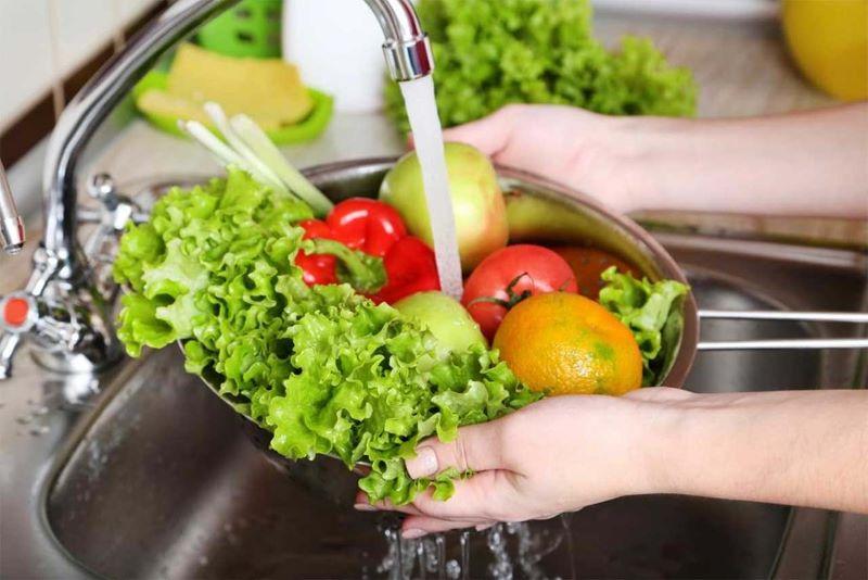 Nước ion kiềm cao có thể dùng để ngâm rửa rau củ để loại bỏ hóa chất