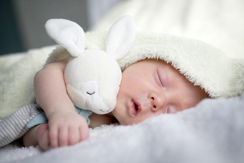 Tăng sức đề kháng cho bé bằng cách cho bé ngủ đủ giấc để phát triển toàn diện, không mệt mỏi, suy nhược