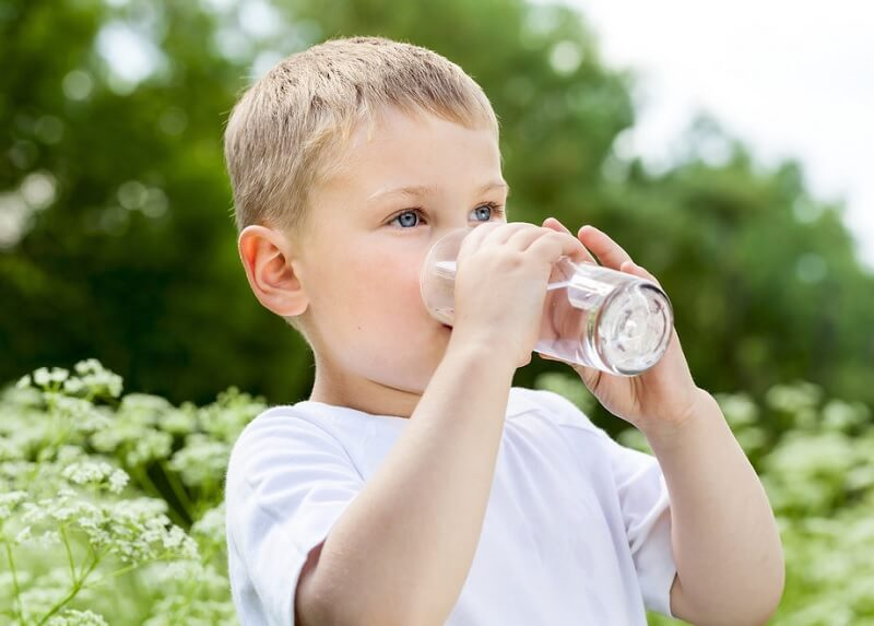 Trẻ nên uống đủ nước theo nhu cầu để giúp tăng cường trao đổi chất và bù đủ nước cho cơ thể khỏe mạnh