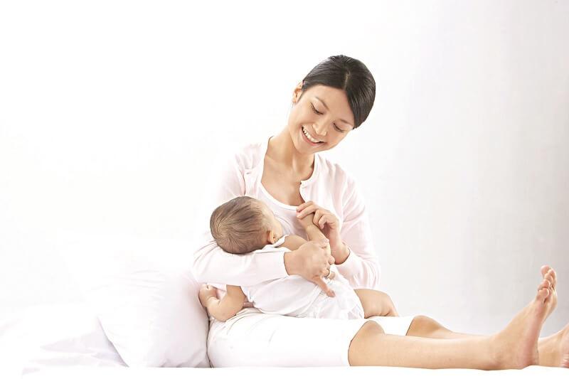 Giai đoạn 6 tháng đầu đời trẻ nên được bú sữa mẹ hoàn toàn để giúp tăng cường hệ miễn dịch chống lại bệnh tật