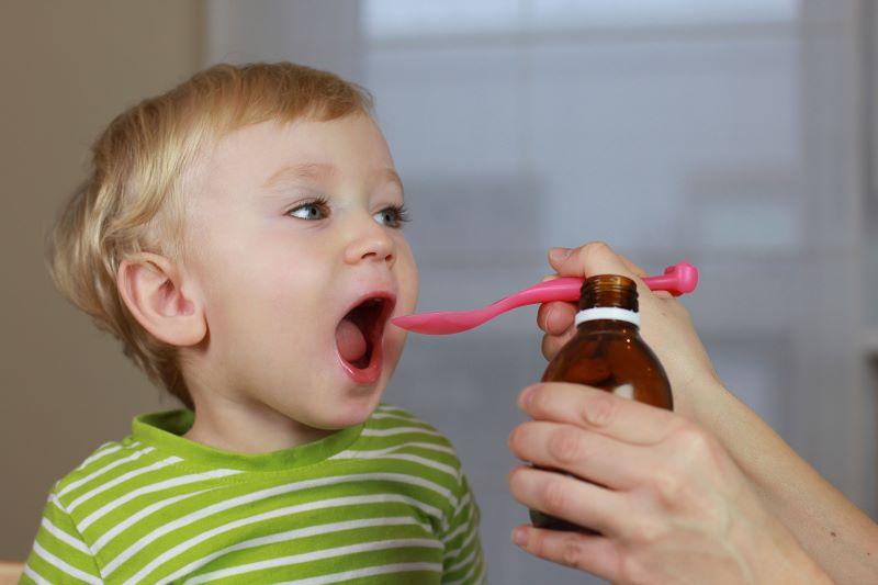 Khi cho trẻ dùng Vitamin C cha mẹ nên tuân thủ liều lượng của nhà sản xuất