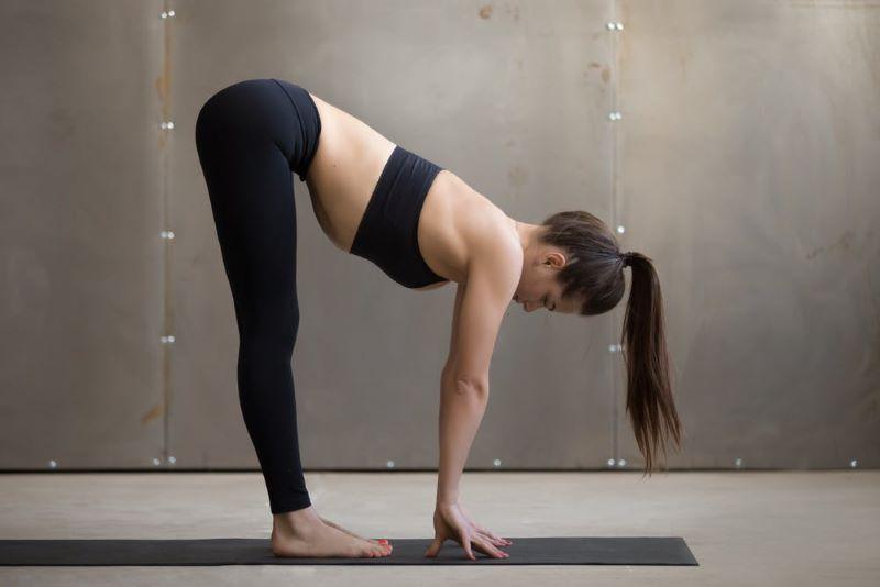 Cúi gập người là một trong những động tác yoga tăng sức đề kháng hiệu quả