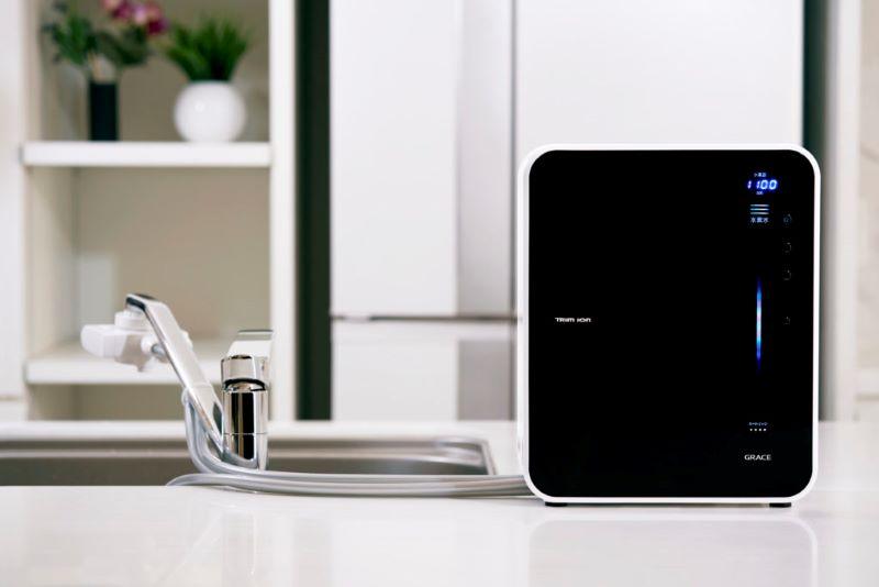 Trim Ion Grace mạnh mẽ, nổi bật trong thiết kế màu đen tuyền, phủ bóng