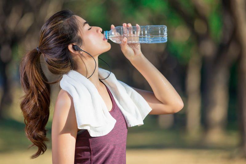 Nước ion kiềm đóng chai rất tiện lợi cho quá trình di chuyển xa