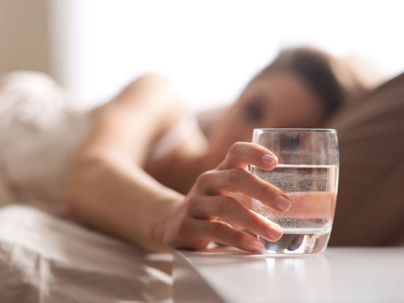 Một cốc nước điện giải giàu hydro vào trước giờ đi ngủ sẽ giúp hệ tuần hoàn hoạt động tốt hơn