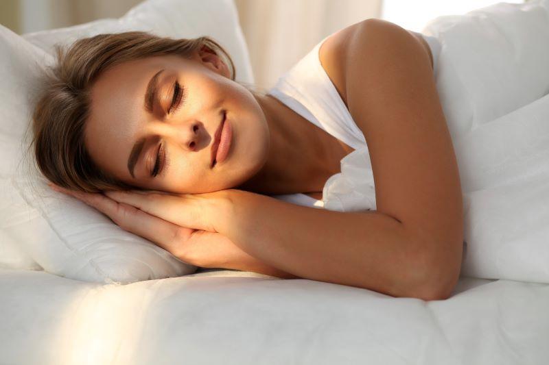Ngủ đủ giấc và dậy đúng giờ sẽ giúp bạn đủ thời gian để tái tạo năng lượng cho ngày mới